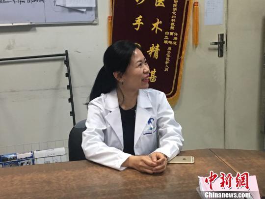 图为主治医生介绍手术情况。燕武摄