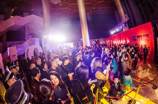 10月29日,武清影剧院内聚集千人,只为共睹龙湖风采