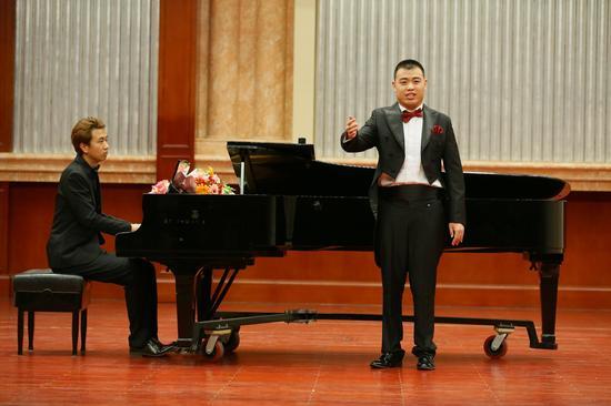 残疾人组特别励志奖获得者王小龙演唱《老人河》(张春生摄)