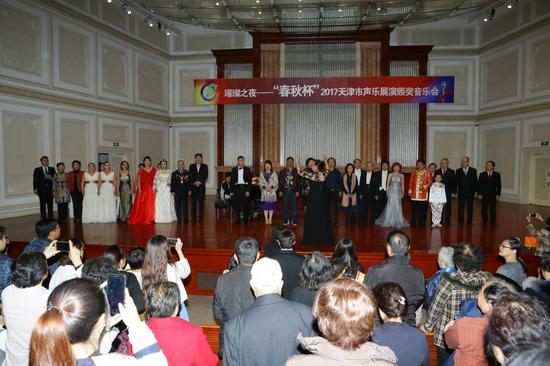 全体演出人员及观众共同高歌的《歌唱祖国》(张春生摄)