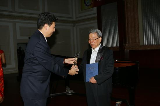 天津春秋文化传媒集团董事长王健先生为特别奖获得者颁奖(张春生摄)