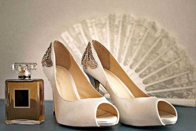 矮新郎领证时发现女方穿高跟鞋 当场发飙拳脚相加