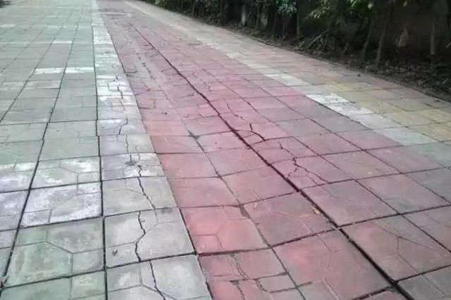 昆仑路附近人行道凹凸不平 行人至此被绊倒
