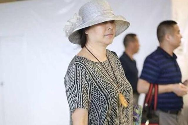 65岁唐国强53岁妻子近照曝光 全身普通人打扮