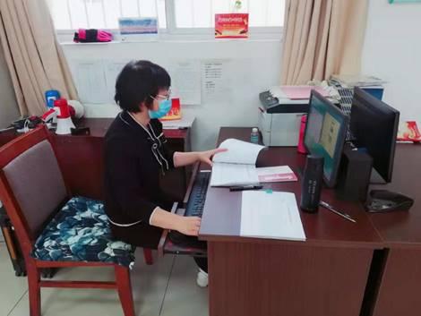 i巾帼志愿者赵凤玲在进行信息资料统计