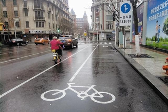 地面标线与路边指示牌矛盾 非机动车能左转吗