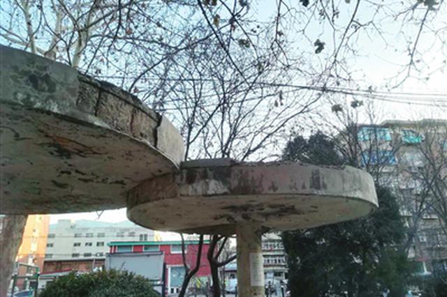 河北区华泰里小区内花园休闲凉亭顶部多处水泥脱落