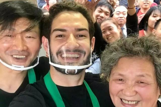 """""""网红""""帕托天津街头摊起煎饼果子:挺熟练??!"""