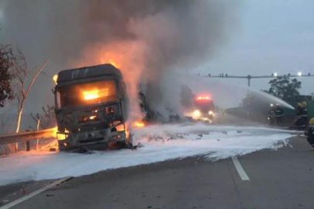 货车高速路上自燃 车上装载的30万元货物被烧毁