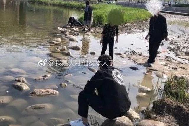 """天津这些公园观赏鱼被他们""""下手"""" 是想晚上加菜么"""