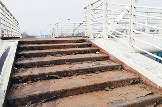 部分人行天桥破损严重 50座天桥维修下月开工