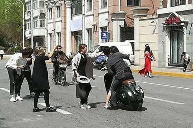 为拍婚纱照 他们竟在天津街头强行堵路