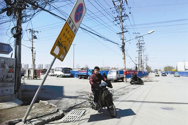 两处交通指示牌存隐患 倾斜指示牌随时要倒下