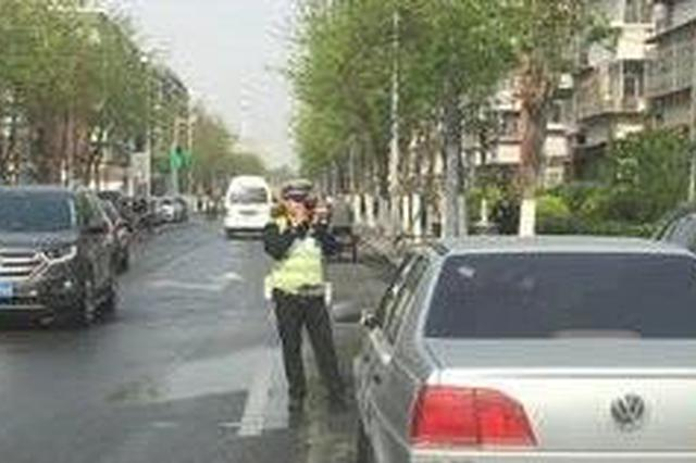 交警不在场辅警摄录贴条 停车管理人员这样做合适吗