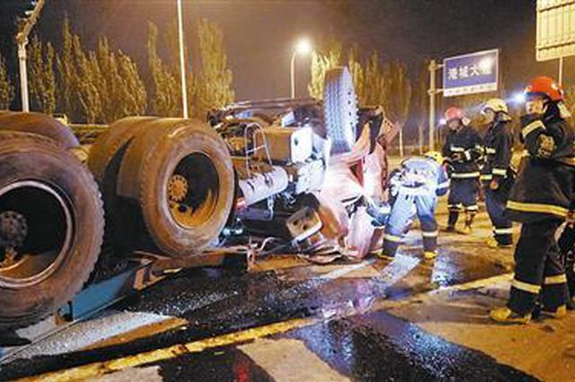 滨海新区一重载挂车失控翻车 驾驶室变形司机获救