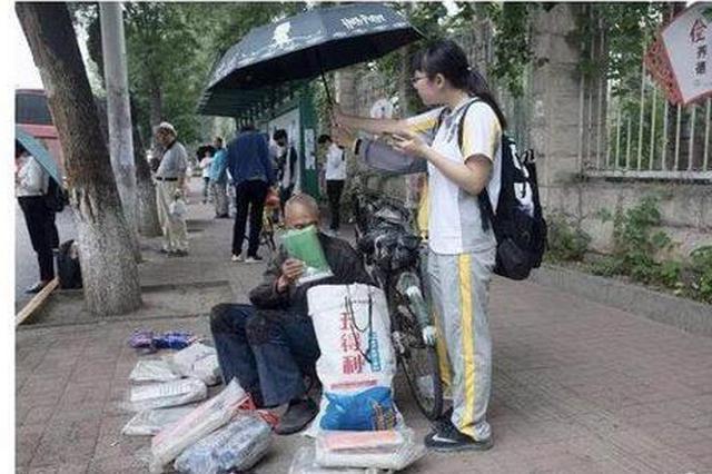 """下雨天 津城两位""""美少女""""把伞举过摆摊爷爷的头顶"""