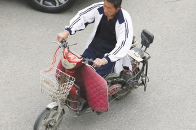 非法骑二轮摩托车 撞倒交警还逃逸(图)