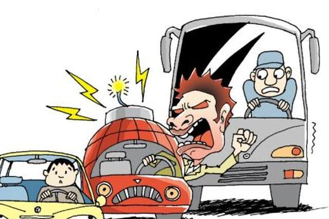 天津这的一辆面包车撞线杆 司机乘客均受伤