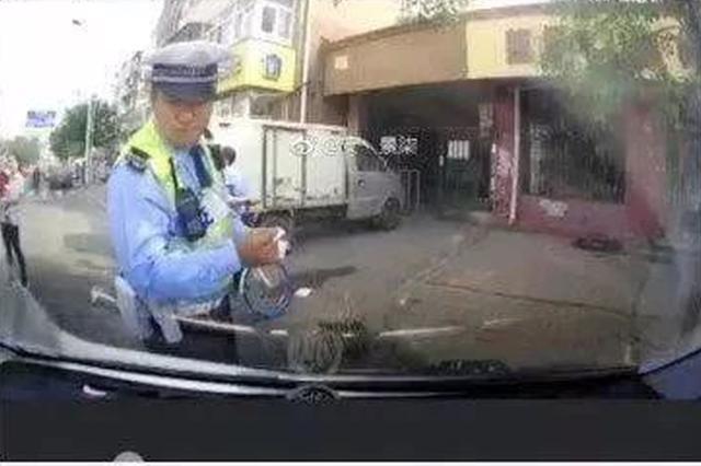 天津一男子因违法停车被罚不满 公然发微博大骂警察