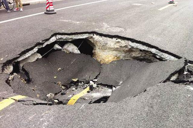 津淄公路千米桥桥面塌陷漏洞 相关部门急处置