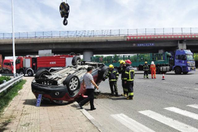 津城两轿车相撞四脚朝天躺路旁 所幸司机均无大碍