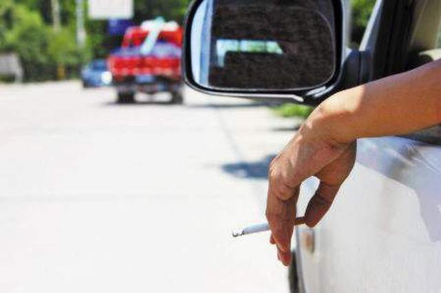 电话不离手烟头随手扔……开车坏习惯隐患多