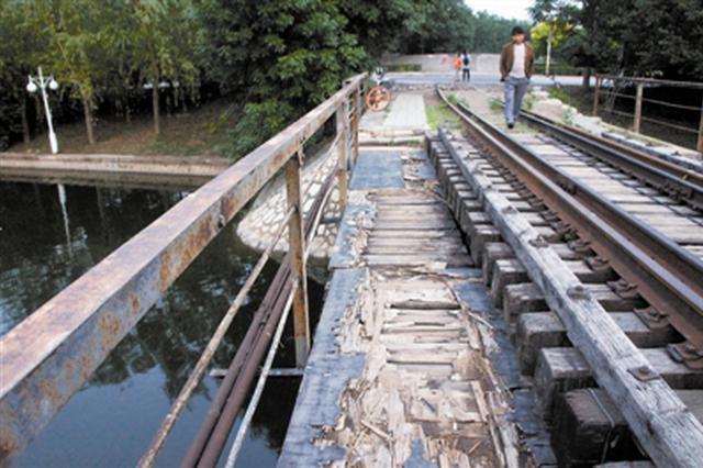 复兴河上铁路桥破损 津市民为抄近路冒险经过