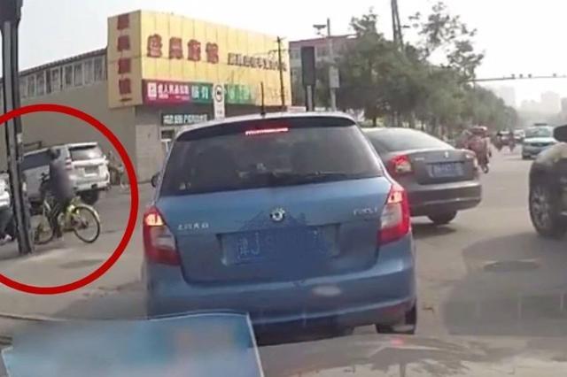 """记录仪连拍下三次""""车祸过程"""" 是事故还是""""碰瓷"""""""