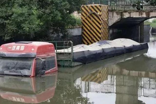 天津三车误入积水地道趴窝 一车脱困两车被淹没顶