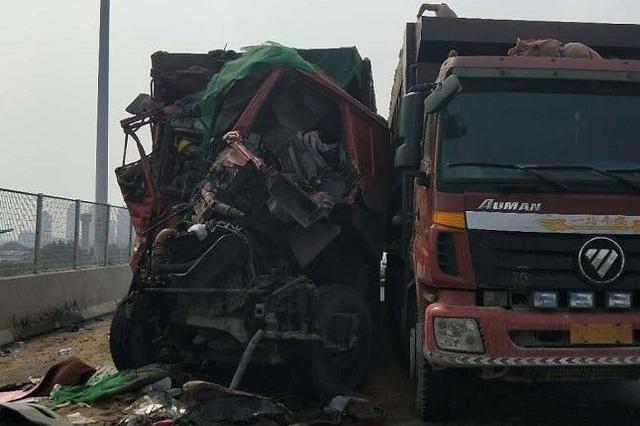"""两辆大货车在津相撞 后方车头""""粉碎性骨折"""""""