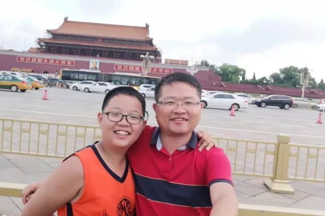 """天津""""虎爸""""陪13岁儿子从岳阳道走到天安门"""