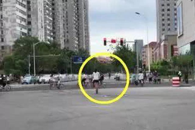 胆子太大!天津小姐姐骑电动滑板车闯红灯