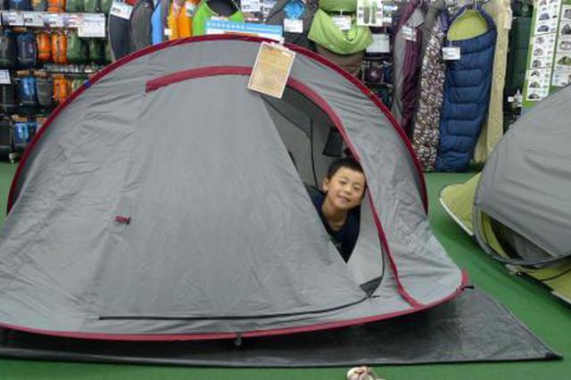 市民迪卡侬专卖店帐篷样品里乘凉 店员感无奈