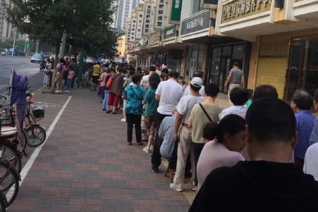 嚯!这些天津人在这扎堆排队 这是为了嘛