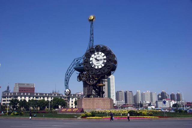 天津站整顿交通秩序 世纪钟周边安装隔离护栏