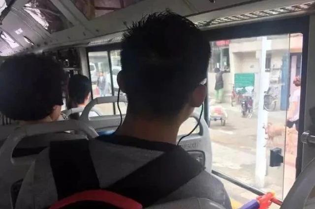 天津一大哥拿着水枪坐公交 一路上都没闲着