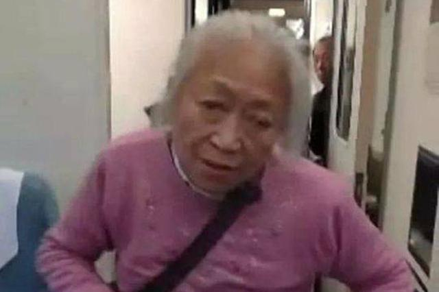 老太太火车霸座要求女生让座 遭拒后殴打侮辱乘警