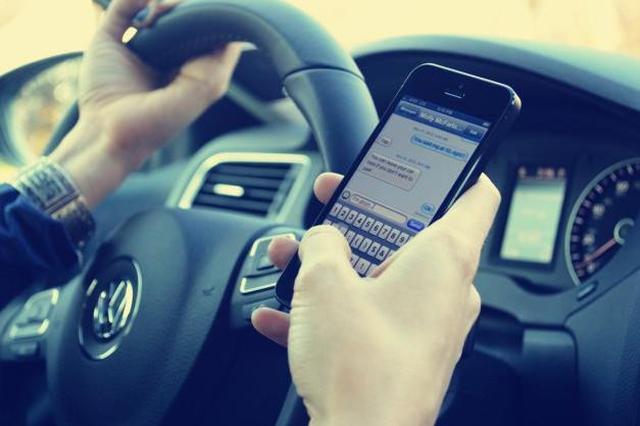 开车看手机事故概率增20多倍 违法司机将被处罚