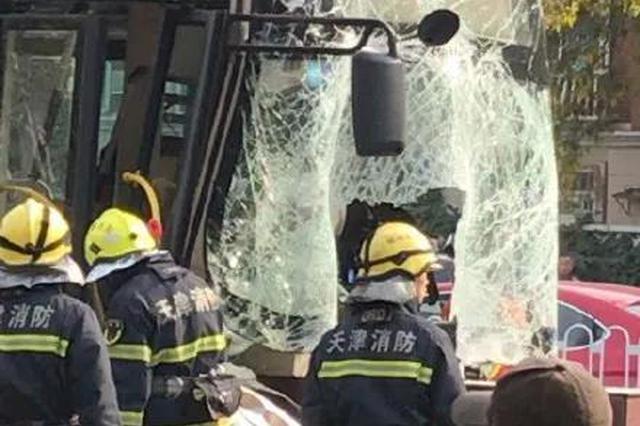 八里臺公交撞護欄 司機被困多名乘客受傷