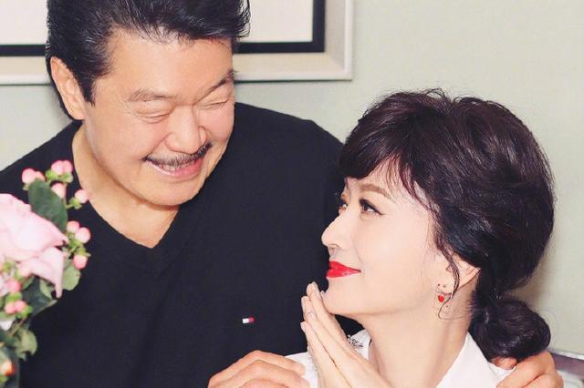 64岁赵雅芝为自己庆生 老公黄锦燊陪伴在侧超恩爱