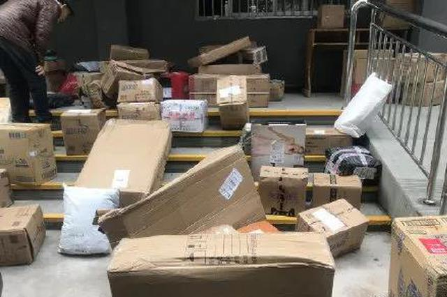 快递小哥嫌工作累 竟扔下上百件包裹跑了