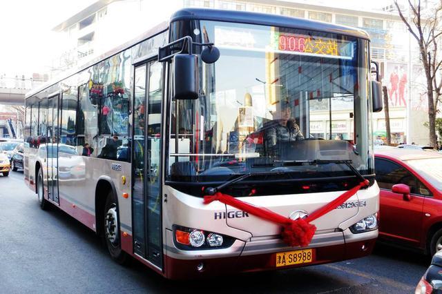 """津城设临时候车室 公交贴心服务让市民""""暖候车"""""""