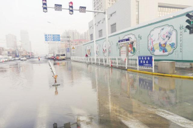 津城一工地自来水管跑冒 路面积水长百米