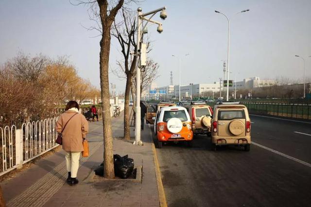 天津市部分地铁站轻轨站外机动三轮车非法揽客