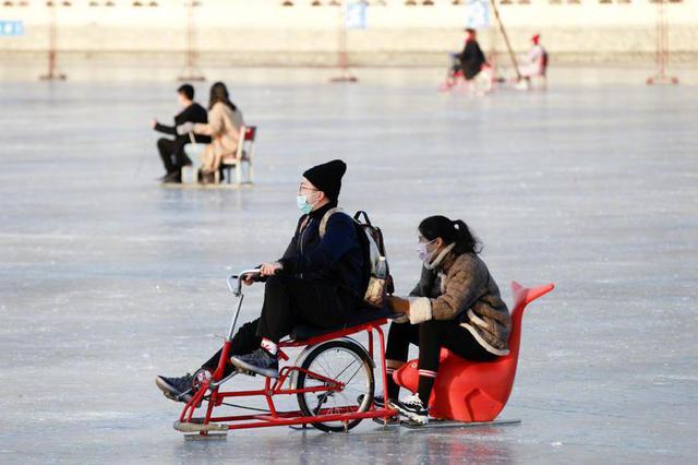冬日什刹海冰场欢乐多 游人尽享冰上时光