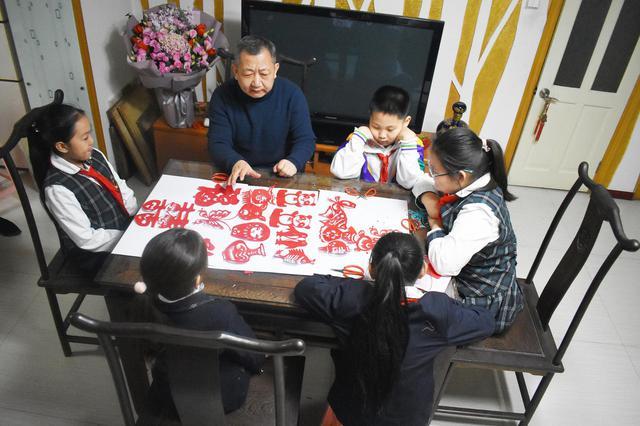 传承非物质文化遗产 逸阳梅江湾学校师生享剪纸文化