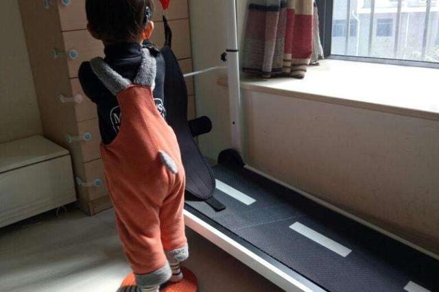 滨海新区2岁女童好奇跑步机腿部被卡