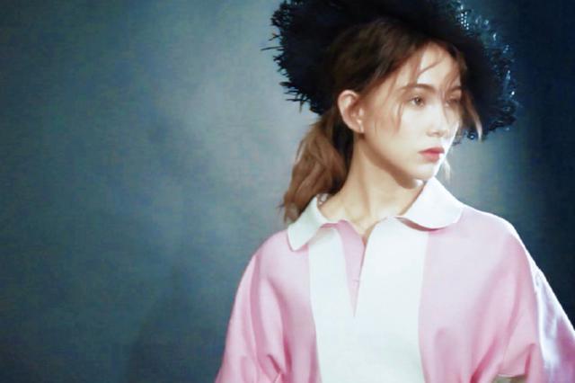 昆凌最新写真卷发深眸似古堡公主 红色波点裙复古感十足