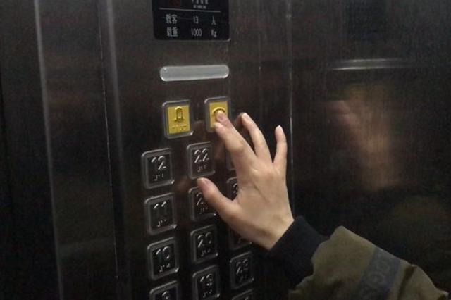 汉沽某商务会馆13人被困电梯内 消防紧急救援
