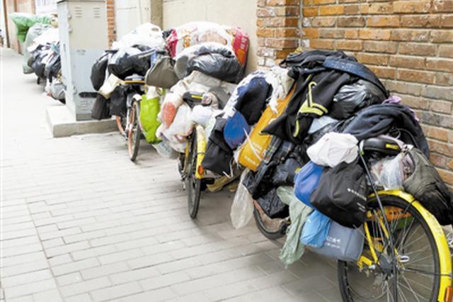 废旧单车乱停 堆满垃圾废品